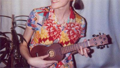 février 2003: Junkie Brewster vient de s'acheter un ukulélé, elle ne sait absolument pas s'en servir (ni d'aucun autre instrument de musique), elle passe ses journées à le prendre dans ses bras et le regarder en souriant de façon euphorique et débile.